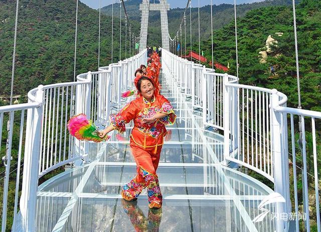 场舞蒙�9.�_航拍|沂蒙山景区3D玻璃桥投入使用人在桥上走如同空中行