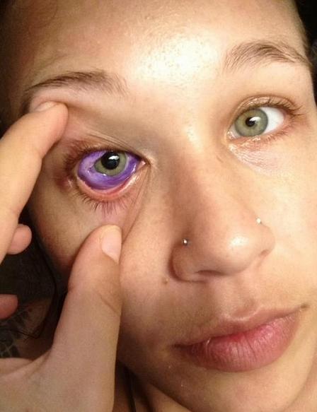 女模眼睛流出紫色眼泪,国外流行的这种艺术,真会作死啊
