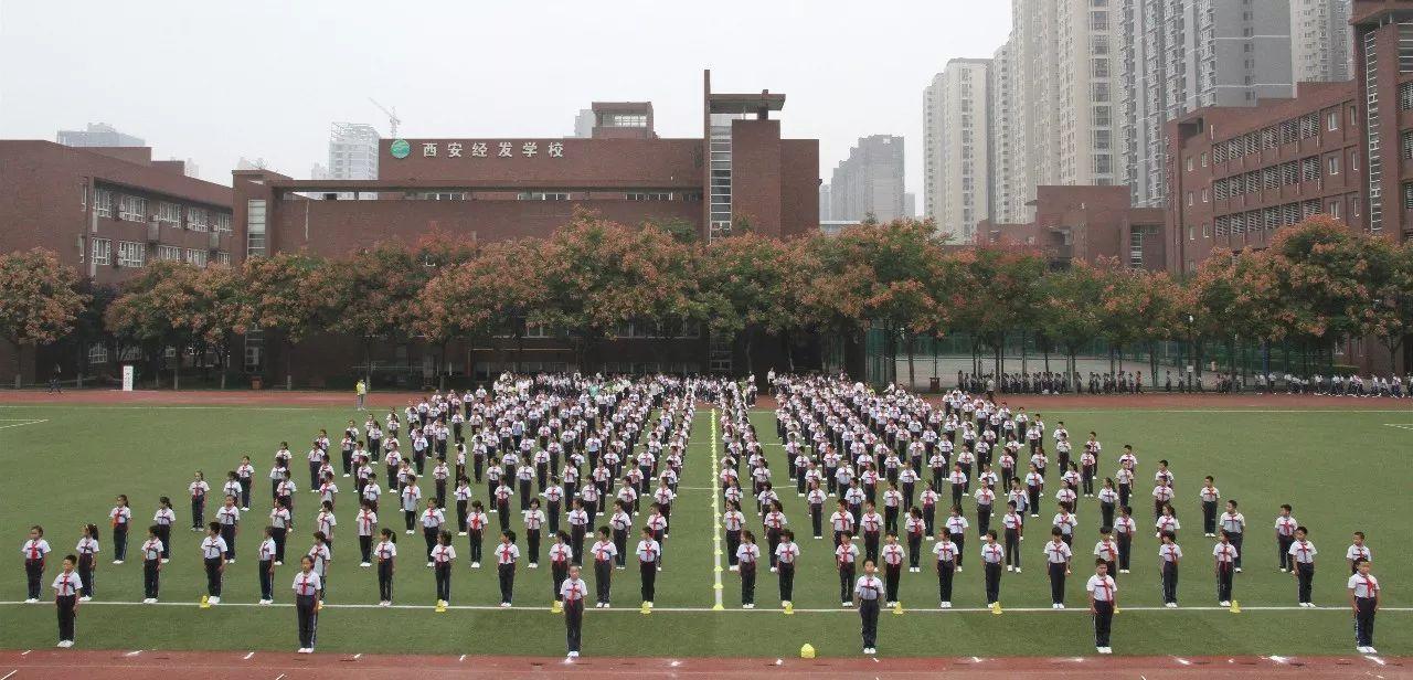 同学们个个精神抖擞,斗志昂扬,队列紧凑,步伐整齐,口号震天,队形转变