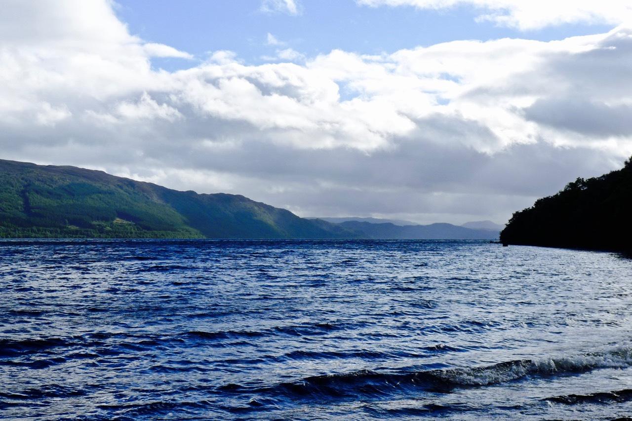 寻找尼斯湖怪兽竟看到了比基尼美女