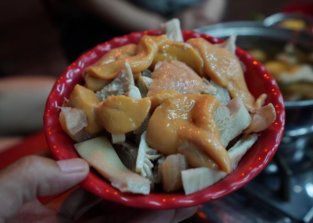 越南芽庄遇见一家本土牛杂火锅,火得不得了,太好吃了