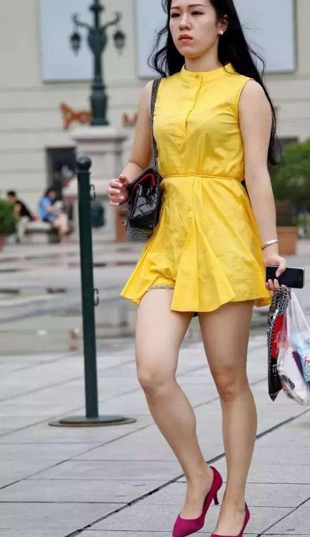 黄色衣服太明显怎样回比人_街拍, 美女黄色上衣热裤, 都市丽人时尚魅惑