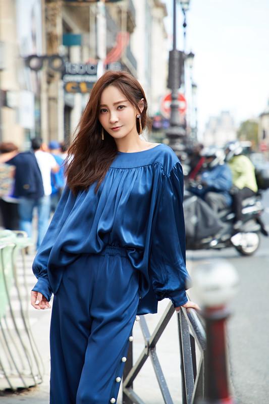 姚笛亮相巴黎时装周秀场 蓝色裤装帅气十足