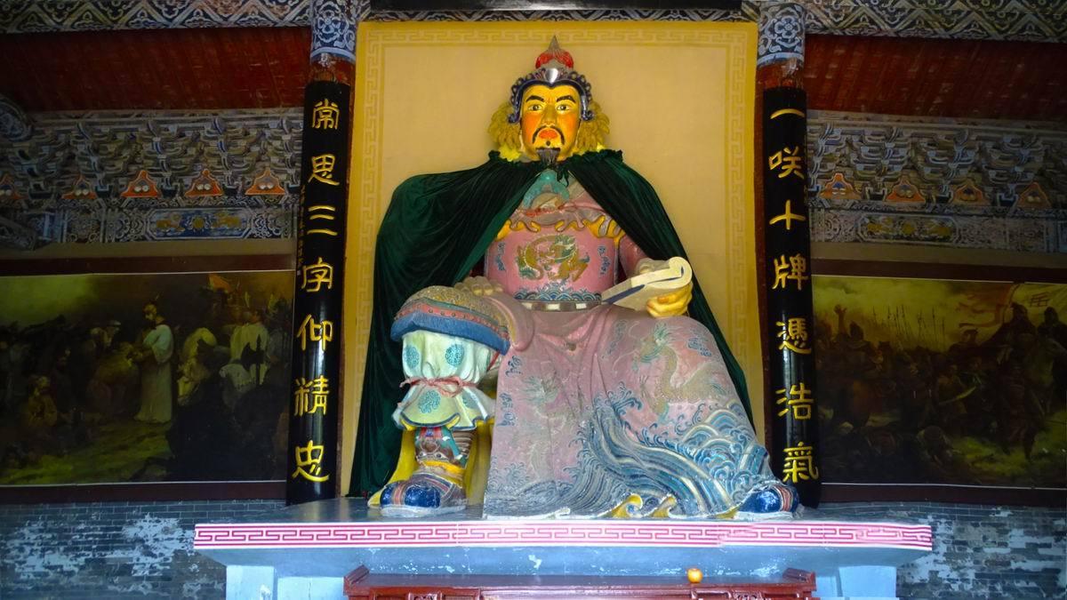 岳飞庙前秦桧跪像,500年来日日挨打