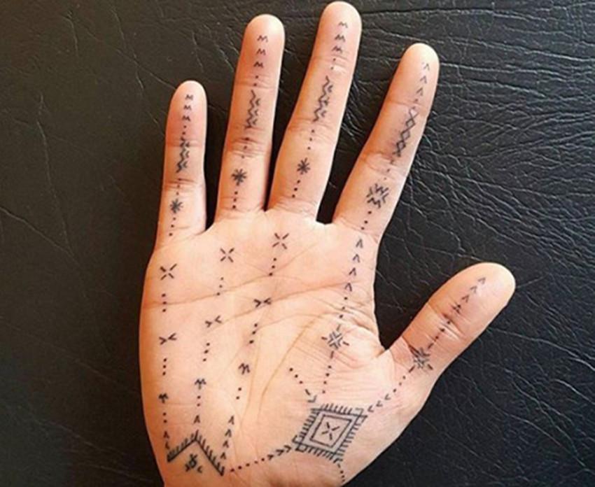 这些胆大的人们,在手心上纹身,真是不敢想象