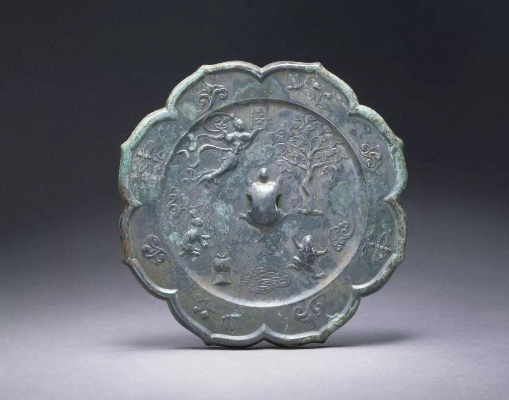 玉兔,与嫦娥,蟾蜍,月亮等已构成固定的搭配,这一时期制作的铜镜上常见