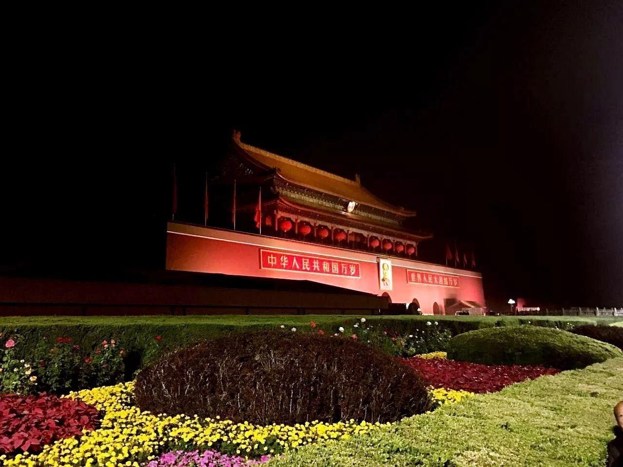 教育 正文  地点:天安门  拍摄:魏田军 天安门城楼悬挂上了红彤彤的