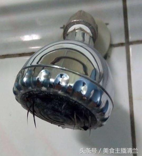 女孩洗澡时发现莲蓬头不出水,转身一看差点吓坏