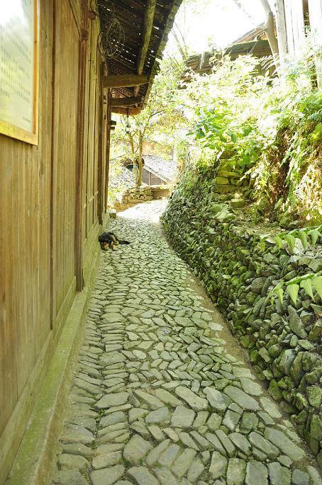 走进郎德上寨 独具匠工的吊脚楼古色古香的鹅卵石道