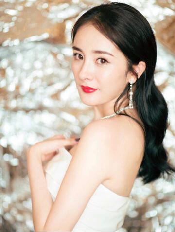 杨幂晒全脸自拍美照,祝祖国生日快乐!