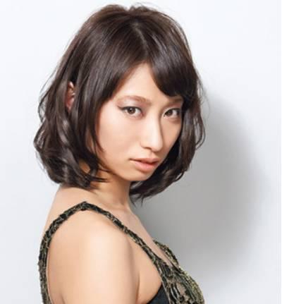韩式短发烫发发型九:波波头短卷发散发出些许冷艳气质,斜刘海修饰脸图片
