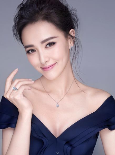 蓝色火焰品牌形象代言人唐嫣佩戴时间之恋系列钻石吊坠拍摄广告