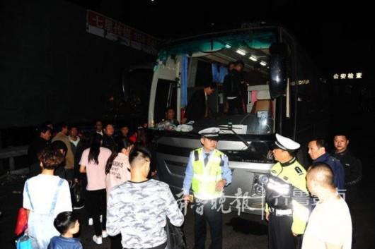 司机违规驾驶与证件不符的大型客车高速上被交警盘查,丢下乘客跑了