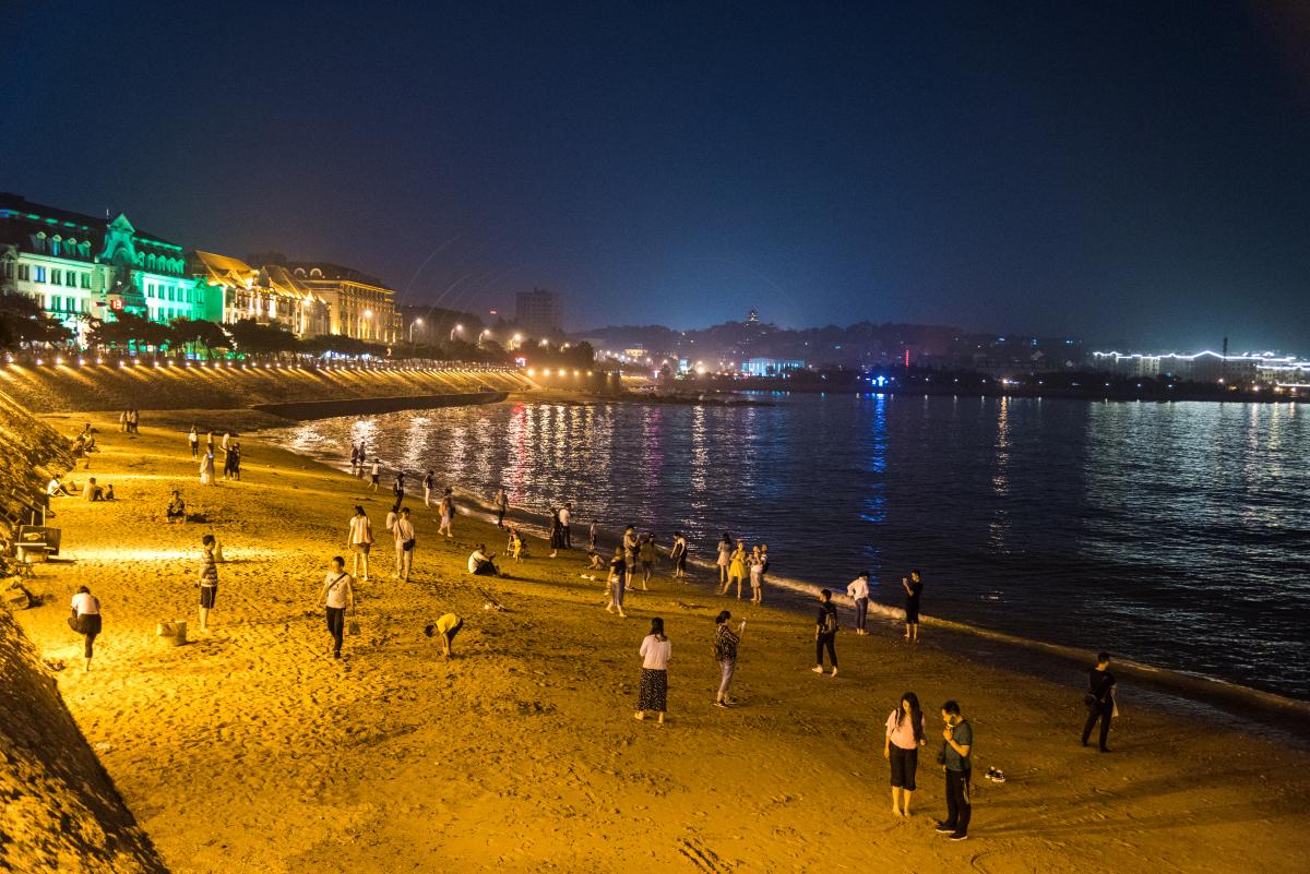人从众的青岛栈桥,是否怀念寥寥数人的浪漫惬意的海风