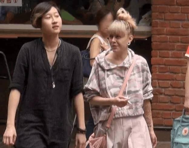 成龙女儿吴卓林高调表白女友!竟成第一个公开出柜的星二代