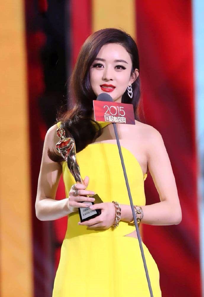 名星最想删掉的照片_赵丽颖一袭黄色长裙烈焰红唇,这大概是颖宝最想删的照片了