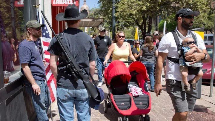 赌城枪击后,美国各州人民都开始背着枪出门了...