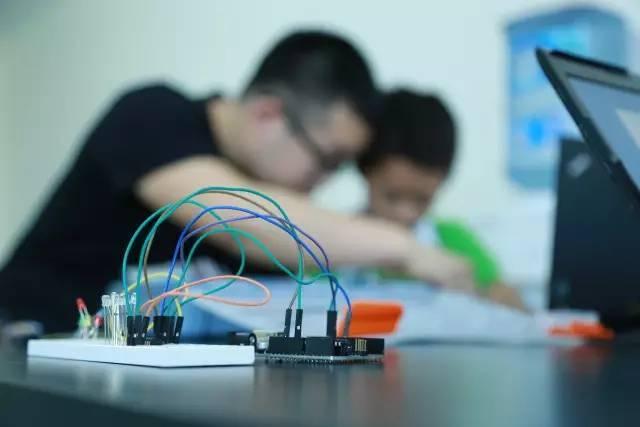 教育 正文  使用arduino,人们实现了许多充满奇思妙想的小发明: 无线图片
