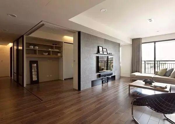 可以选择铺装不同颜色的木地板, 造成一种视觉的冲击, 电视背景墙
