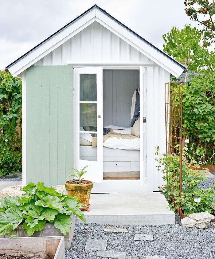 而这个卧室与前面的厨房也是隔开的,推开门就小房子后的小菜园,越看越图片