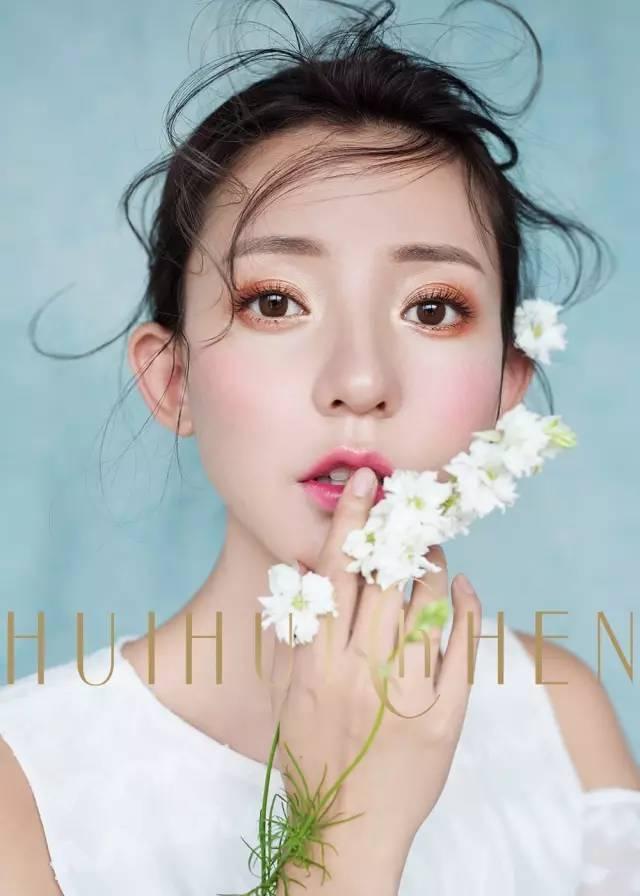 新娘头纱,蕾丝的优雅,一缕缕发丝,飘逸在头饰之间,精致淡雅的妆容图片