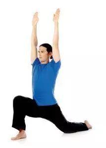 简易新月式无需后弯,可以强健和伸展大腿.图片