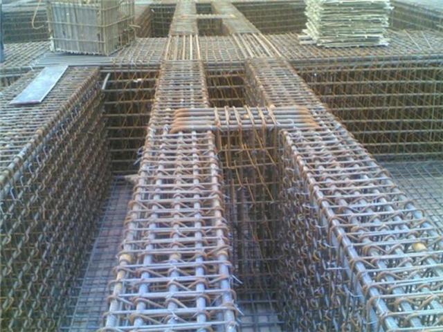 根据设计图纸钢筋工长会做出配料表,现场施工时严格按照规程操作.