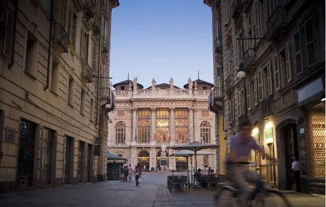 穿行在宫殿的街区,累了,一杯咖啡,一块浓香的巧克力,在都灵大学中图片