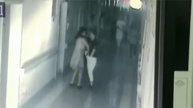 医院视频_视频 六旬老太吸毒成瘾医院偷人救命钱 被抓现行还恬不知耻