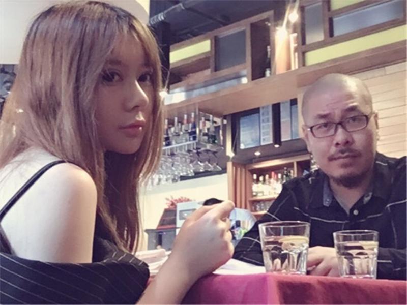 爱上女主播徐賹�_游戏 正文  10月9日,炉石女主播毛毛在微博上晒出一张和老公对话的
