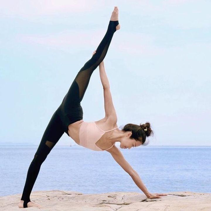 体育 正文  瑜伽里的树式和中国武术里的金鸡独立一样,可以很好的锻炼图片
