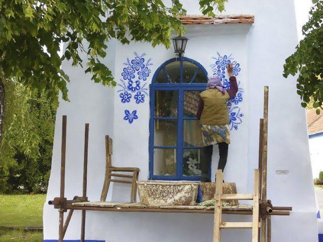 捷克90岁老奶奶手绘图案装饰房屋 将家乡变成艺术馆