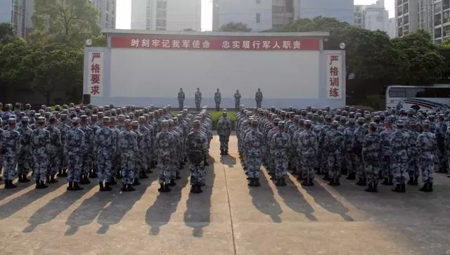 9月2日,空降兵某部150名空降兵专业学员从桂林千里机动至湖北进行跳伞图片