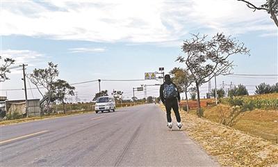 两名山东大学生轮滑进京,历时5天半磨损12个滑轮轴承