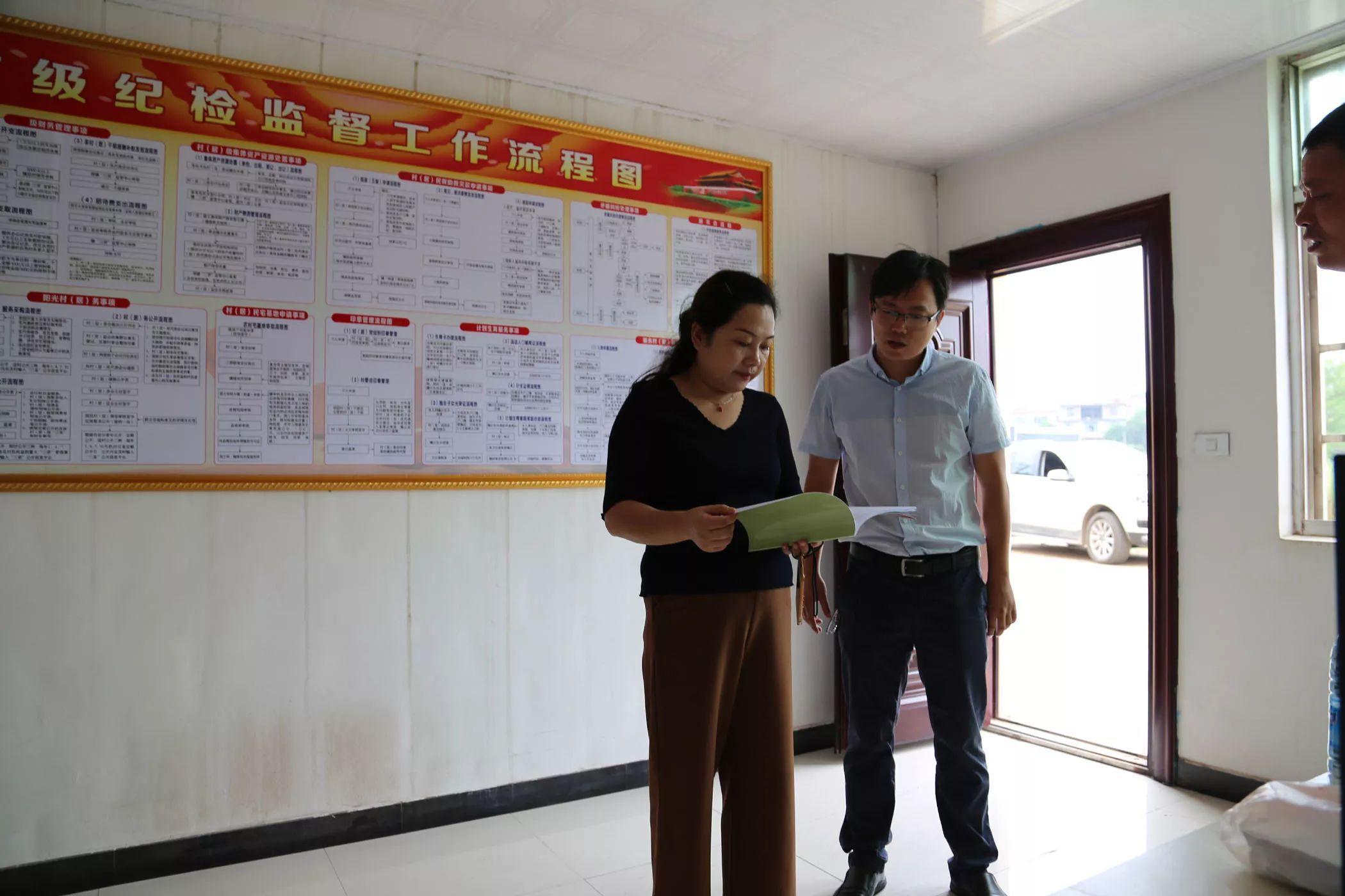 国庆假日期间,县纪委对乡镇悬挂扶贫领域监督执纪问责宣传标语情况图片