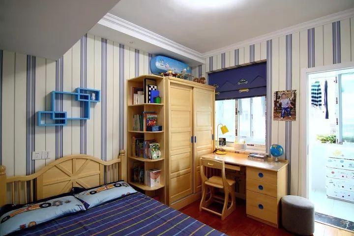 书桌靠窗摆放,对于小朋友而言这应该是最舒服的学习环境图片