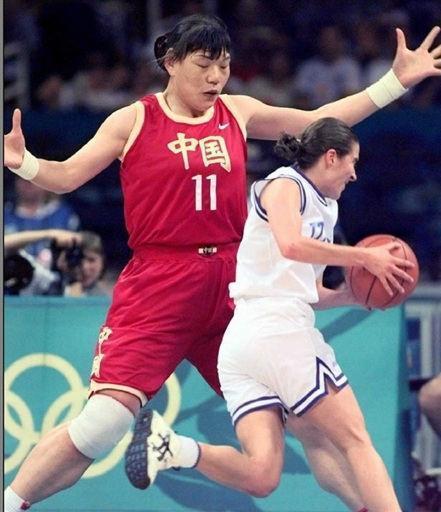 中国篮球女巨人身高2米08,一生未嫁,37岁去世仍身披国家队球服