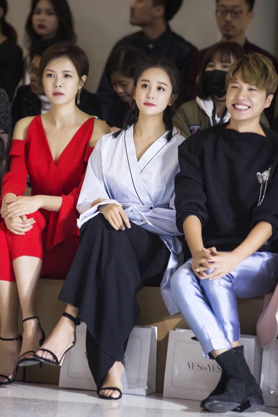 海陆出席时尚品牌发布会 干练造型变身帅气小女人