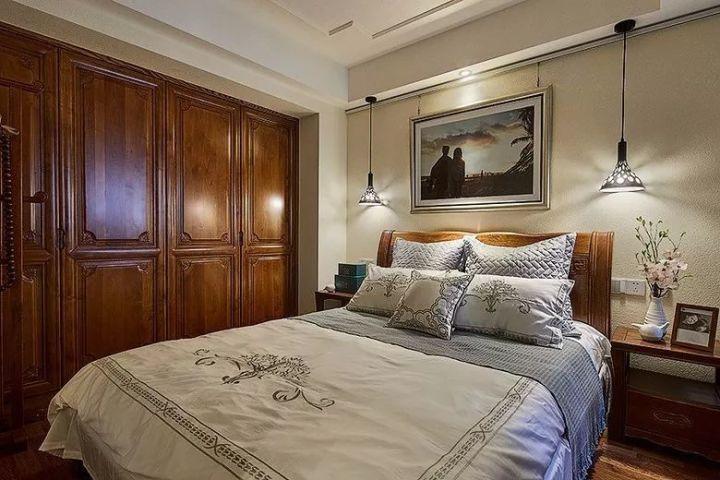 粗糙的硅藻泥墙面,搭配床头柜上禅意的小花瓶,呈现出一个优雅高档的