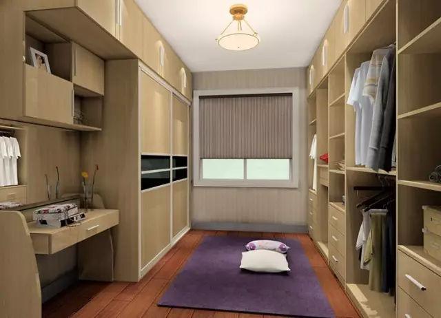 欧式风格的衣帽间设计,白色柜体完美贴入空间中,室内光线充足,在靠近