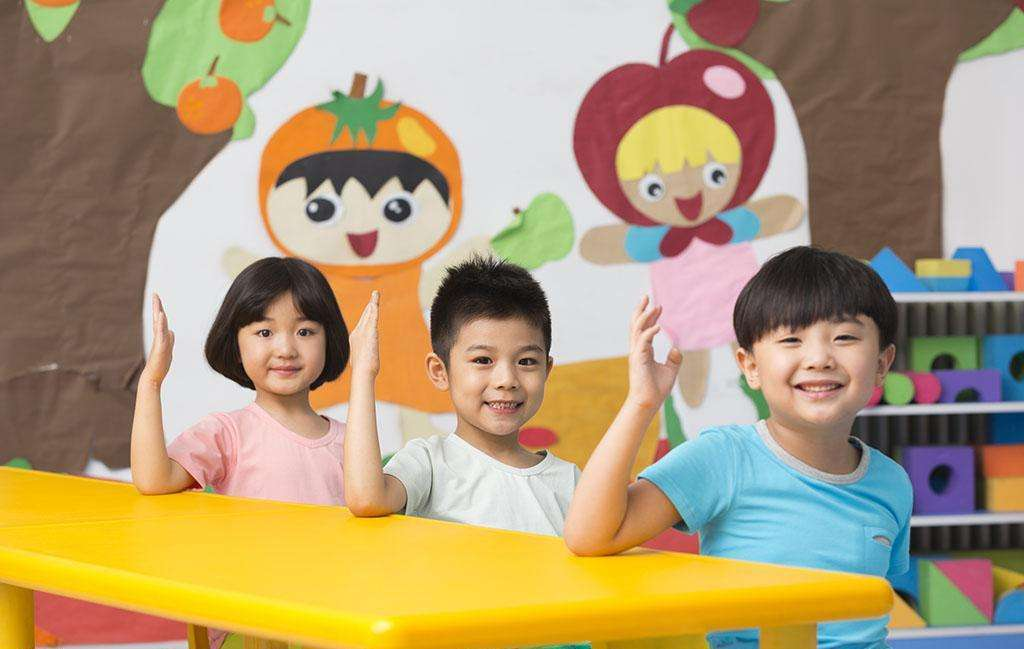童的实施者往往是幼儿园的教师,他们会因为小朋友上课讲话,不好好吃饭图片