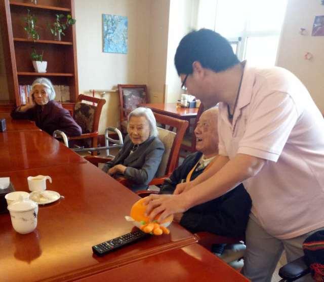 """国际高端养老院椿萱茂""""暖男"""":亲爱的长辈都是我的家人!"""