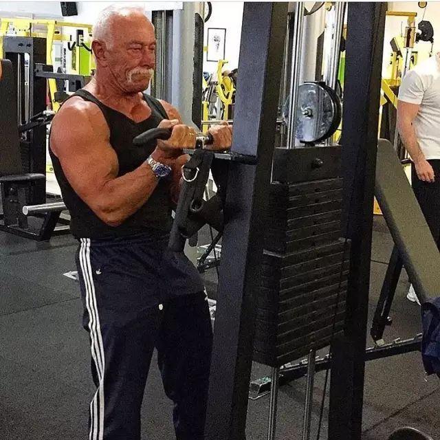"""73岁老大爷和27岁""""小情人""""玩健身,这是男人都梦想的画面!"""