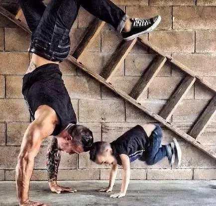 肌肉老爸这样带孩子,健身还是得从孩子抓起
