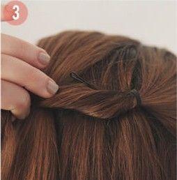 卷发完成之后,分别从左右两边的头顶上方分出一束头发用橡皮筋扎起来.图片