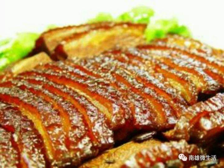 扣肉是一道用猪肉制成的,常见的中国菜肴,扣肉的扣是指当肉蒸或炖至熟透后,倒盖于碗盘中的过程。一般狭义的扣肉就指梅菜扣肉。南雄扣肉,色泽金黄,香气扑鼻,清甜爽口,不寒不燥不湿不热,被传为正气菜而久负盛名。 Top7:牛干脯