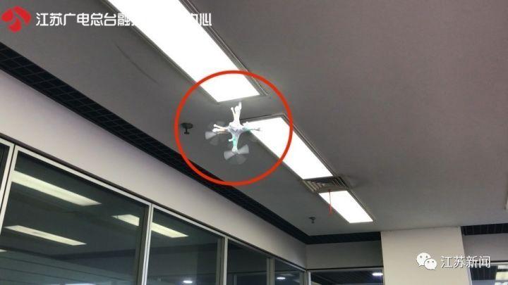 现场1  现场2  试飞手体验后表示: 1,玩具遥控飞行器的操控性很差