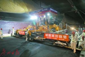 港珠澳大桥海底沉管隧道沥青路面摊铺正式展开