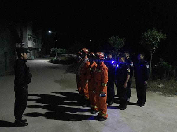5名男女被困在英山县杨柳镇英山尖山上5小时,警民合力营救