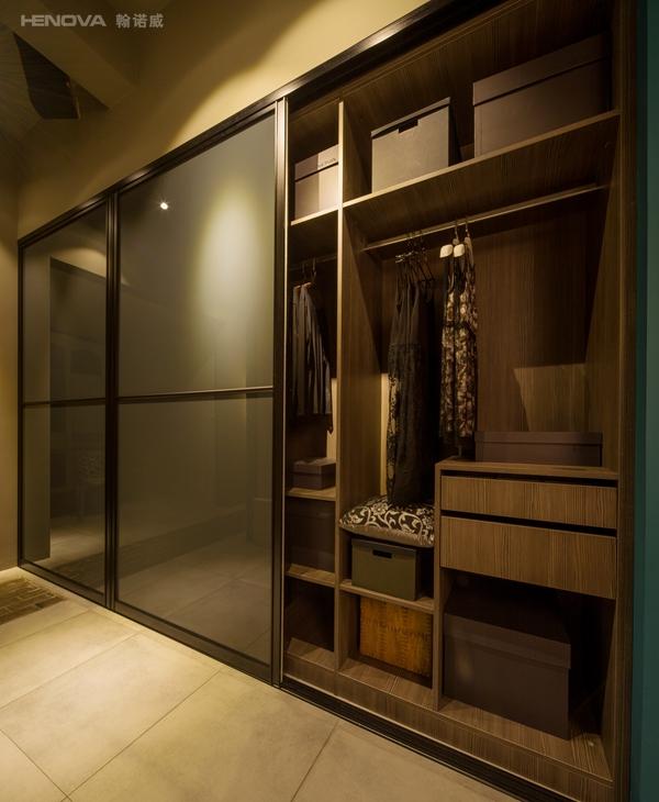 嵌入式衣柜由于是嵌入到墙体中,与墙体合二为一地设计的,所以在在设计